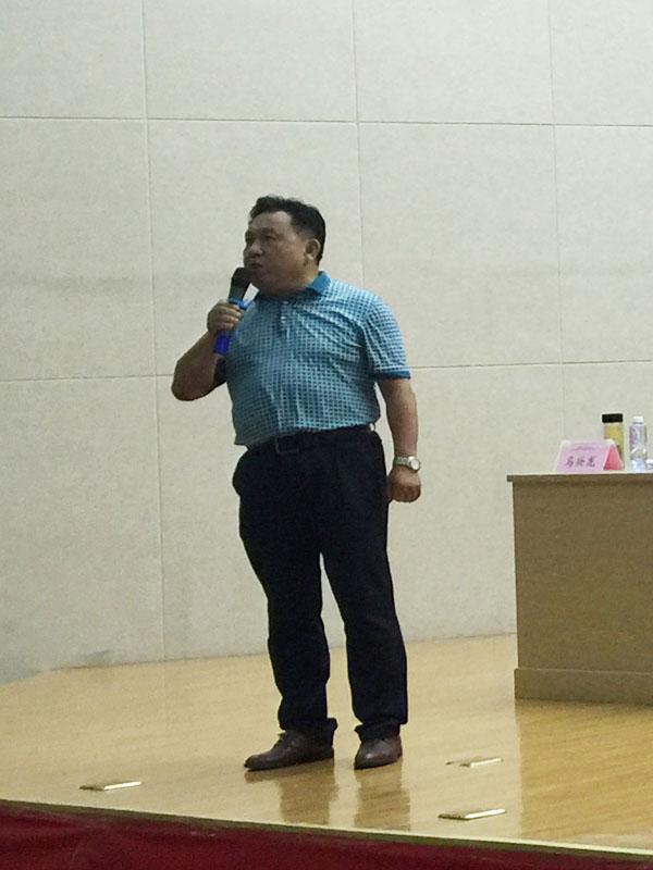 安徽省印刷包装物资商会南片秘书长马兴龙正在主持大会