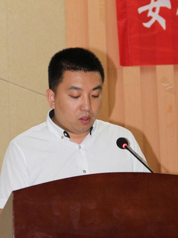泰兴广力机械厂总经理徐超正在向与会人员介绍该厂研发的新环保设备情况