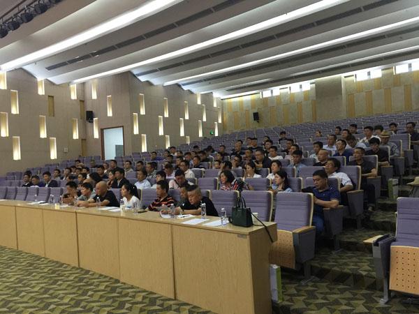 与会人员正在会场上聚精会神聆听学习