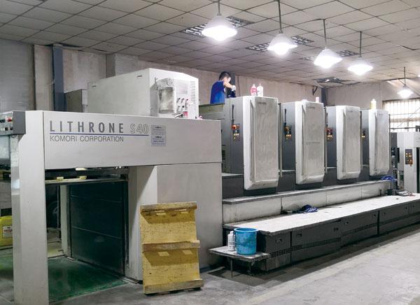 在快马印务公司生产车间里,小全张小森超级丽色龙印刷机正在高速生产中