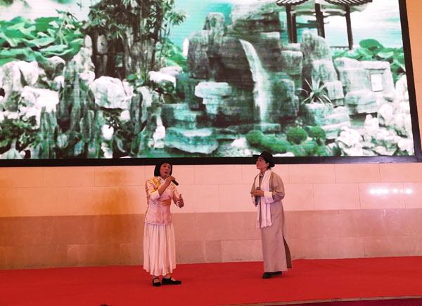 商会皖南片副秘书长顾高勇(左)在晚宴中登台献艺