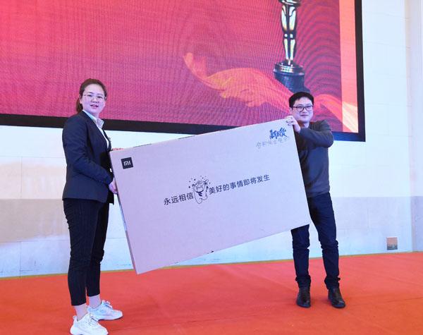 合和纸业安徽负责人张玲(左)与大奖获得者台上合影