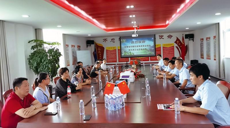 安徽美阅文化发展股份有限公司总经理周文山(右边第一位)及其领导团队成员和部分参观团成员正在美阅公司会议室进行亲切交流