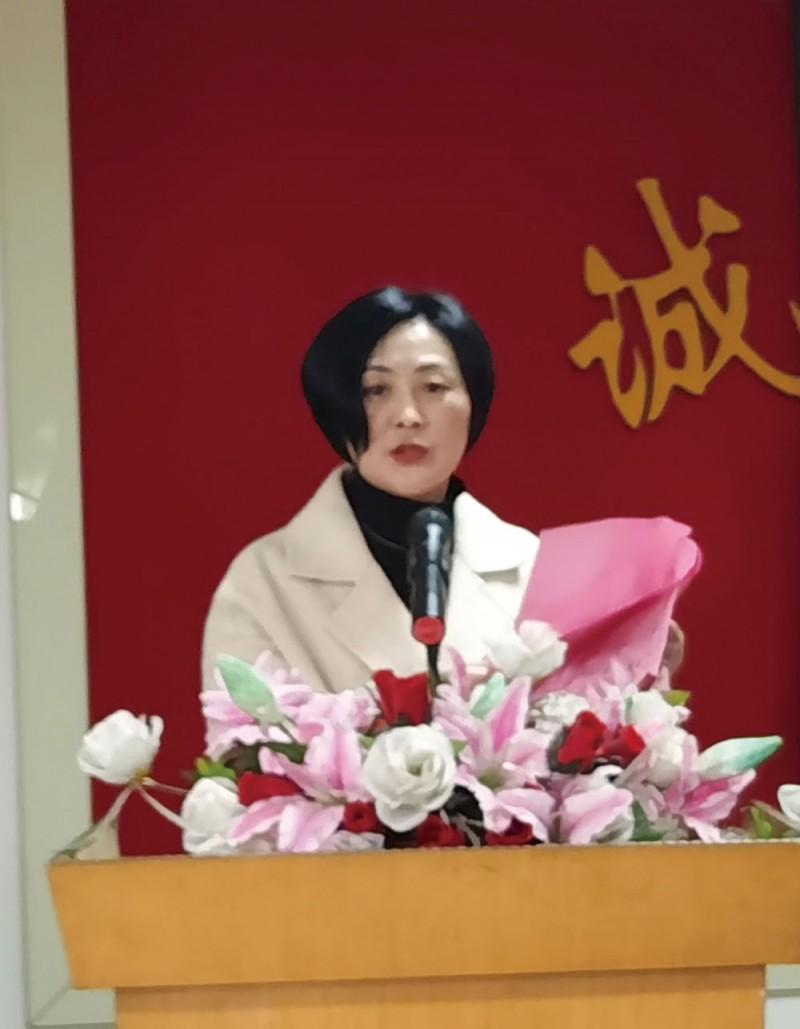 商会副会长兼秘书长徐敏介绍出席会议人员