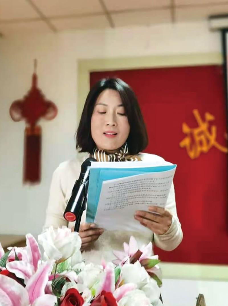 合肥杏花印务股份有限公司经理蒋玲受邀代表在场企业,宣读《规范市场经营秩序倡议书》
