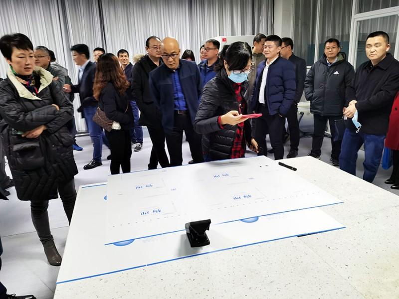 与会人员正在细看由鉴定专家签名的爱司凯智捷800型CTP制版机输出的CTP板