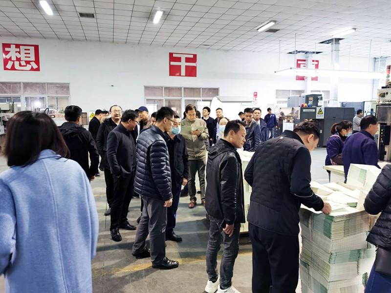 与会人员在华丰印务制版车间参观爱司凯智捷800型CTP制版机