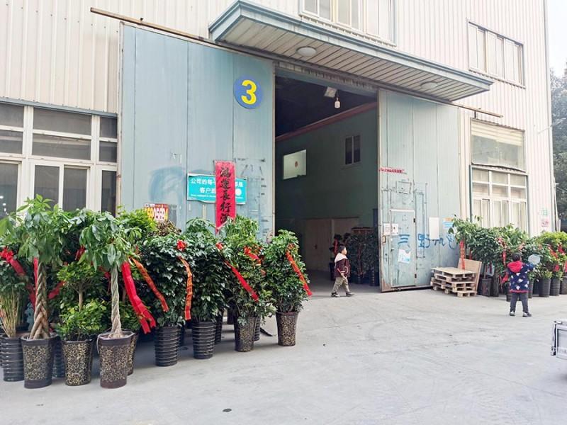 位于新厂址(合肥金泉印刷包装产业园3号厂房)的合肥鑫辉耀印务有限公司大门口摆满了祝贺乔迁大吉的绿植