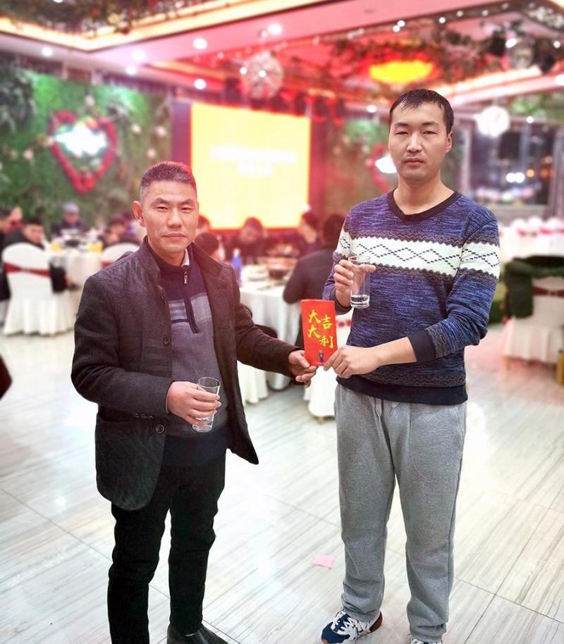 合肥鑫辉耀印务有限公司总经理陈洪奎与特等奖中奖者合影留念