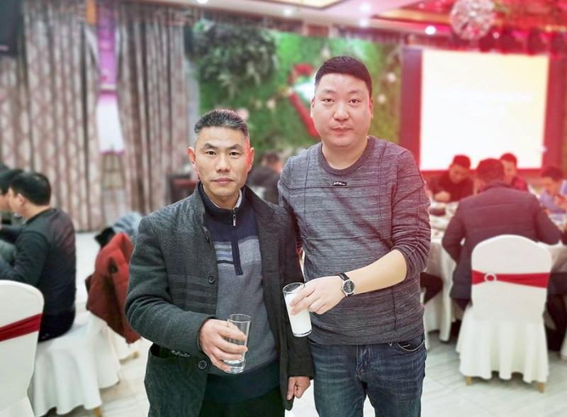 合肥鑫辉耀印务有限公司总经理陈洪奎与一等奖中奖者合影留念