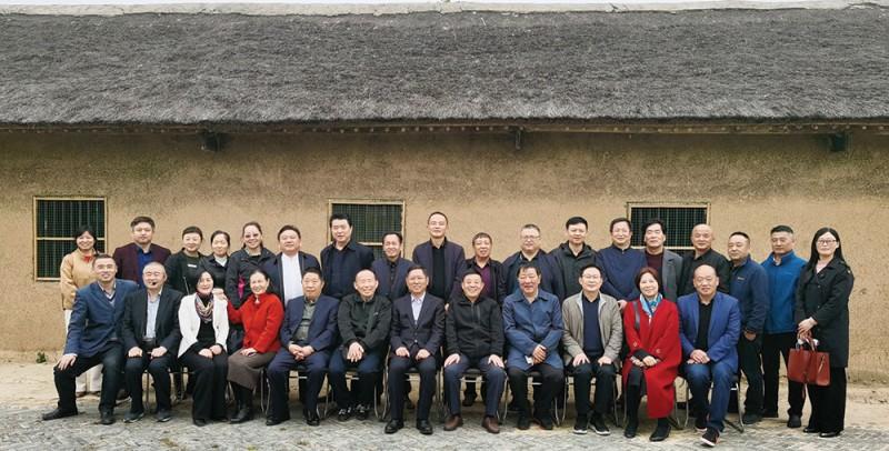 参观吴圩镇党员教育活动中心的全体人员在李总理祖上旧居前合影留念