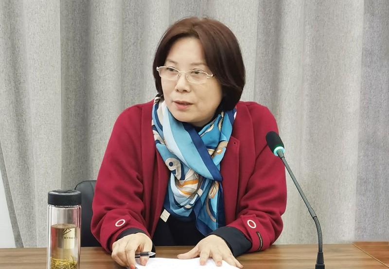 商会副会长庾萍在会上发言