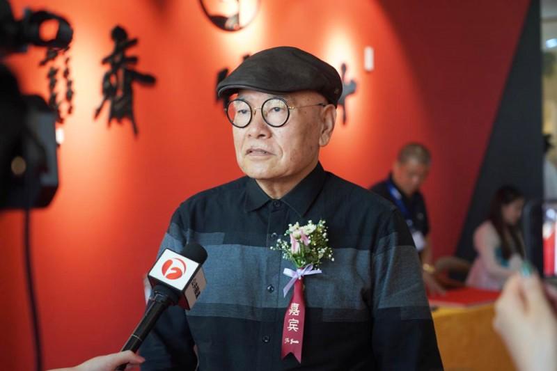 特邀嘉宾——原安徽省美协主席张松正在庆典上接受媒体采访