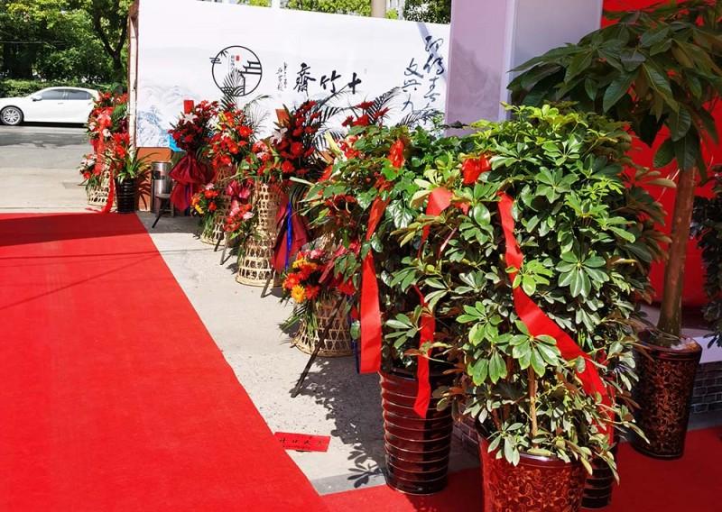 鲜花、绿植、彩花篮,大红地毯,将庆典入口装点着喜气洋洋、生气勃勃!